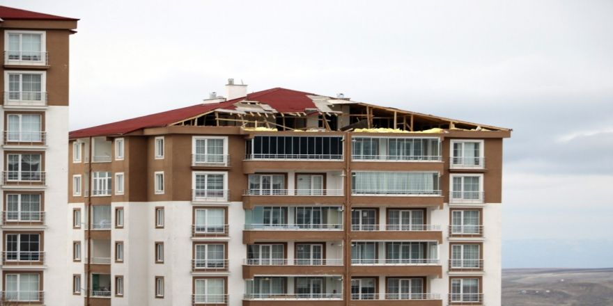 Yozgat'ta Şiddetli Rüzgar Bir Apartmanın Çatısını Uçurdu
