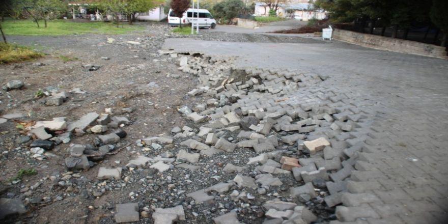 Okulu Su Bastı Öğrencileri İtfaiye Tahliye Etti