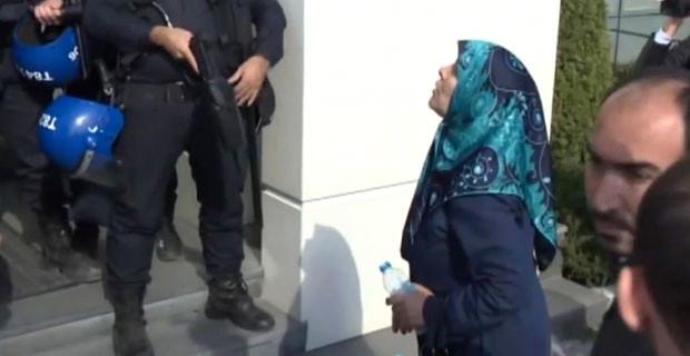 Yaşlı Teyze Gaz Sıkıp Küfür Eden Polisleri Yerin Dibine Soktu!