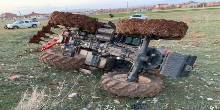 Traktörün altında kalmaktan kabin sayesinde kurtuldu
