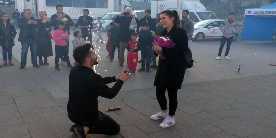 Cumhuriyet Meydanı'nda Sürpriz Evlilik Teklifi