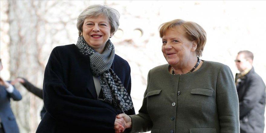 Merkel, İngiliz mevkidaşı May ile görüştü