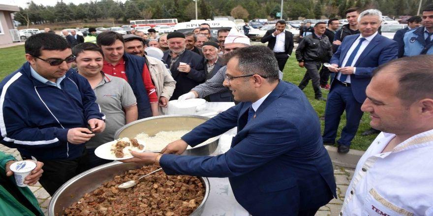 Çatal, halka yemek ikram etti