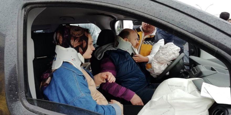 Kamyonetle Çarpışan Hafif Ticari Araç Yön Tabelasına Çarparak Durdu: 5 Yaralı