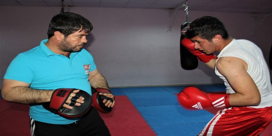Boksör baba, oğlunu şampiyonluğa hazırlıyor