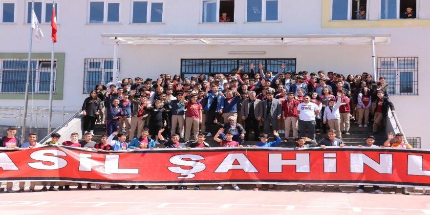 Gazişehir Gaziantep Teknik Direktörü Altıparmak Ve Futbolcular Öğrencilerle Buluştu