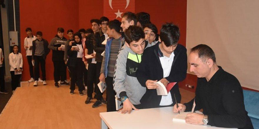 Öğrencilere kitap jesti