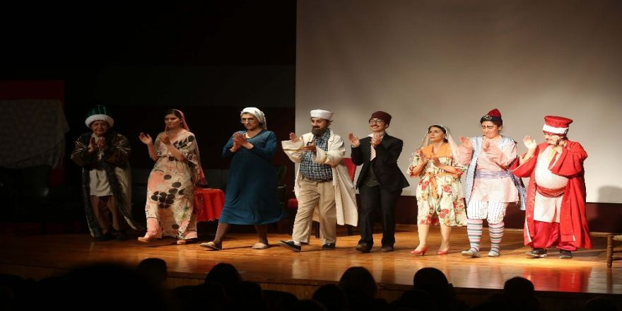Yenimek Kursiyerlerinin Tiyatro Oyunu Güldürdü