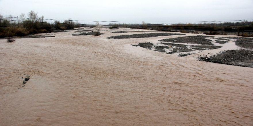 Yağmur nehir debilerini artırdı