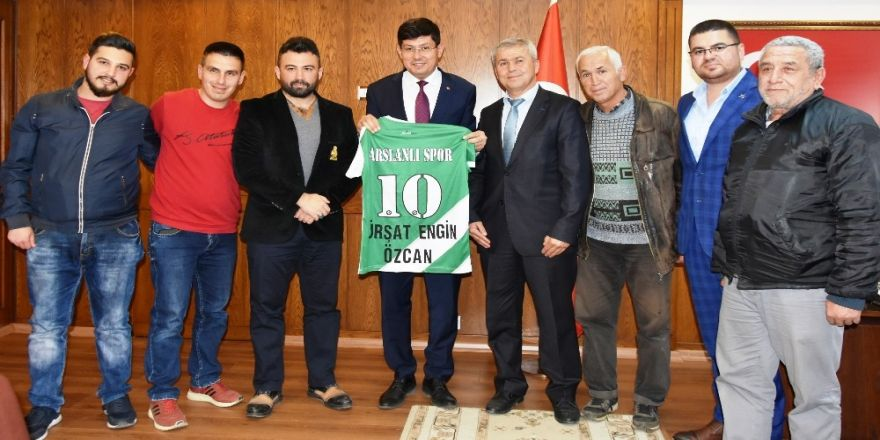 Başkan Özcan'a Yeşil Beyaz Forma