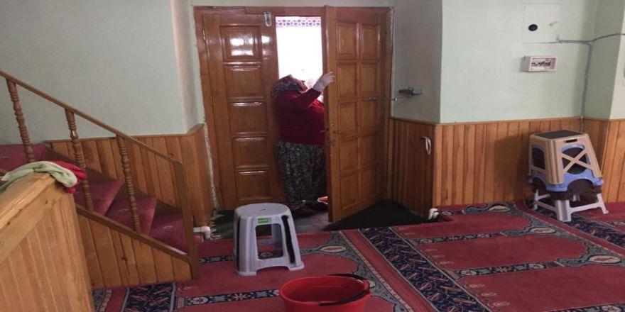 İbadethanelerde Temizlik Çalışmaları Sürüyor