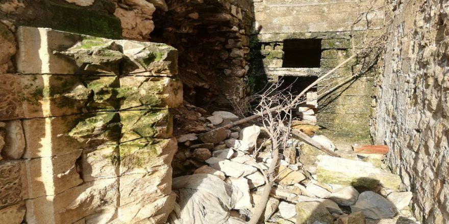 Sağanak yağış nedeni ile yıkılan duvarların ardından tarih çıktı