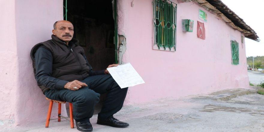 Evi kundaklanan adam sokakta yaşıyor