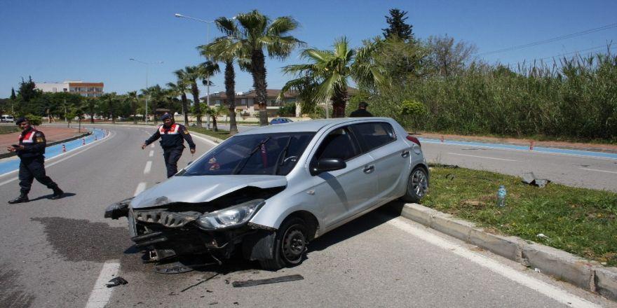 Palmiye Ağacına Çarpan Otomobilin Sürücüsü Yaralandı