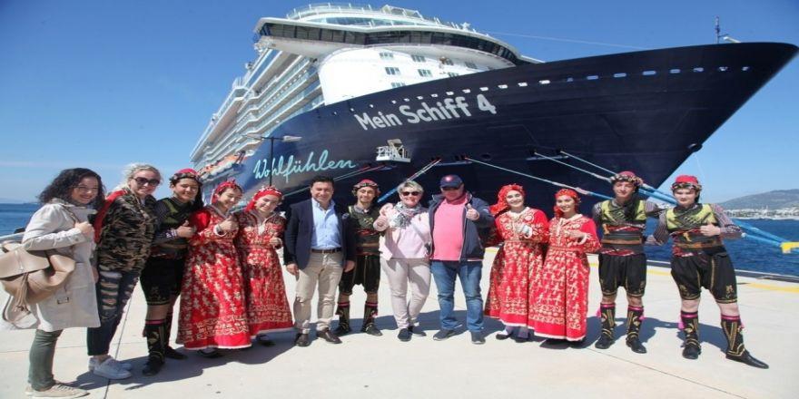 Bodrum'da 13 Katlı Dev Yolcu Gemisine Folklor Ekibi İle Karşılama