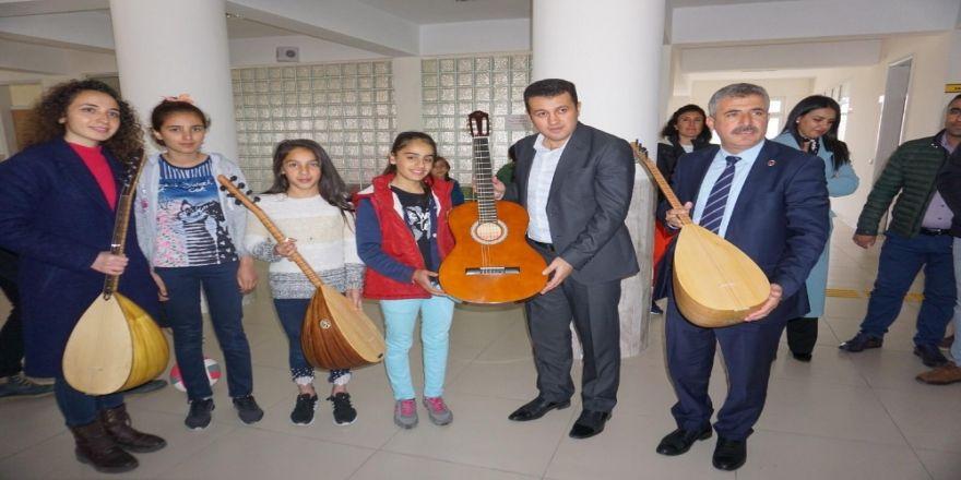 Gercüş'te Öğrencilere Spor Ve Müzik Malzemesi Yardımı
