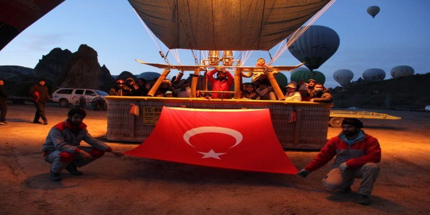 Balonlar 23 Nisan için Türk bayraklarıyla havalandı