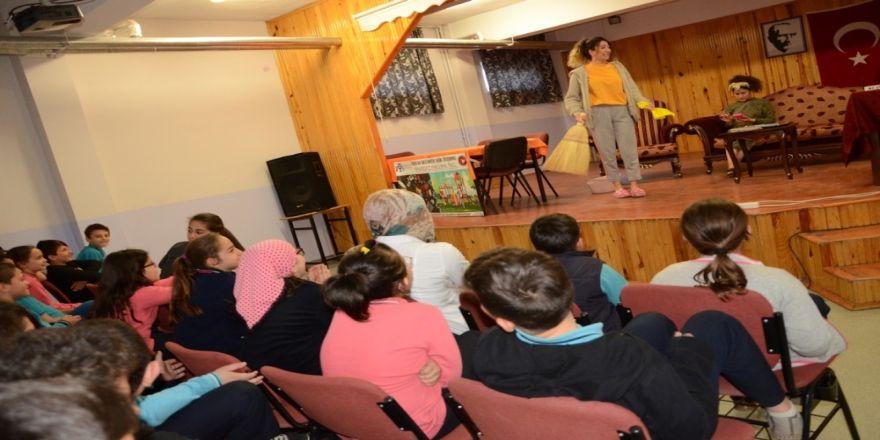 """Erzincan'da """"Okulda Tiyatro Var"""" Etkinliği İle Binlerce Öğrenci Tiyatro İzledi"""