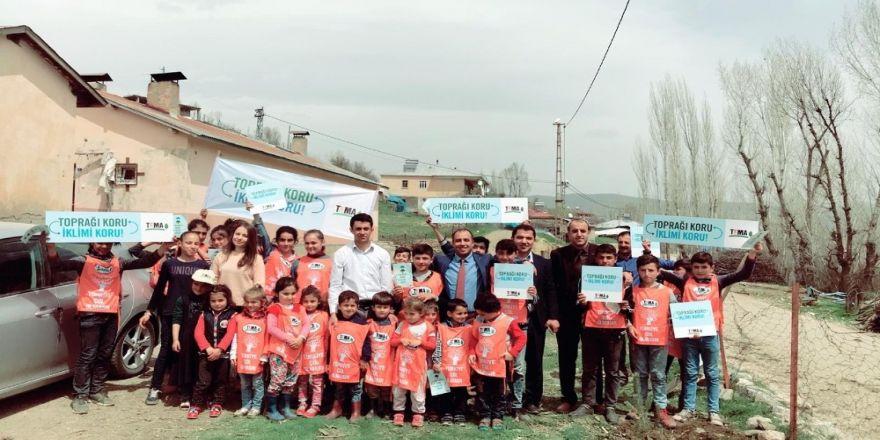 TEMA Vakfı gönüllüleri okul bahçelerine fidan dikti