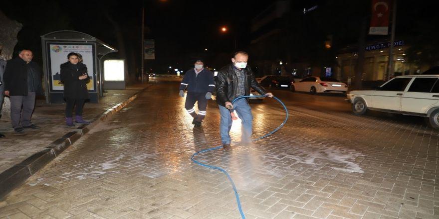 Başkan Akın Eline Hortumu Aldı, Temizlik İşçilerine Yardım Etti