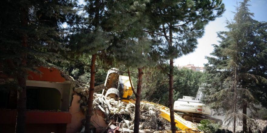 İş Makinesi Yıkım Yapılan Binadan Zemine Düştü: 1 Yaralı