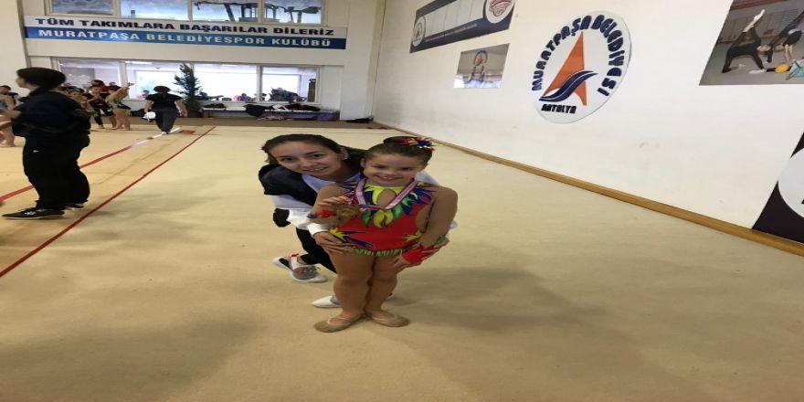 Cimnastikçiler Madalya Peşinde