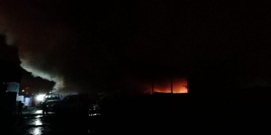 Belediyeye ait depo alev alev yanıyor