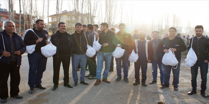 Asker adayları 'azık torbası'yla uğurlandı
