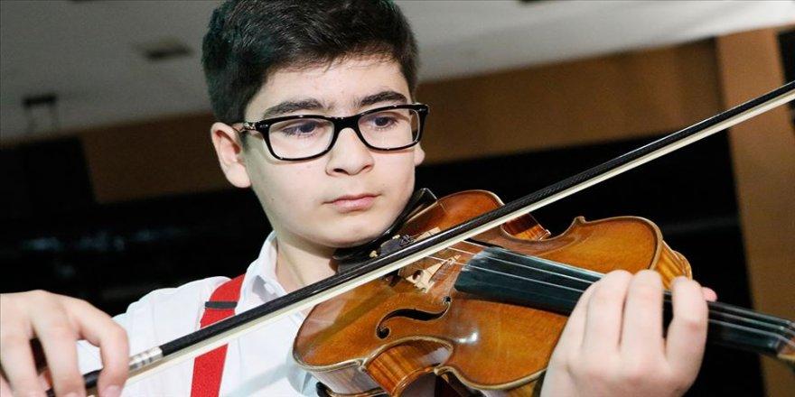 Mozart ödüllü Ali kemanını elinden bırakmıyor