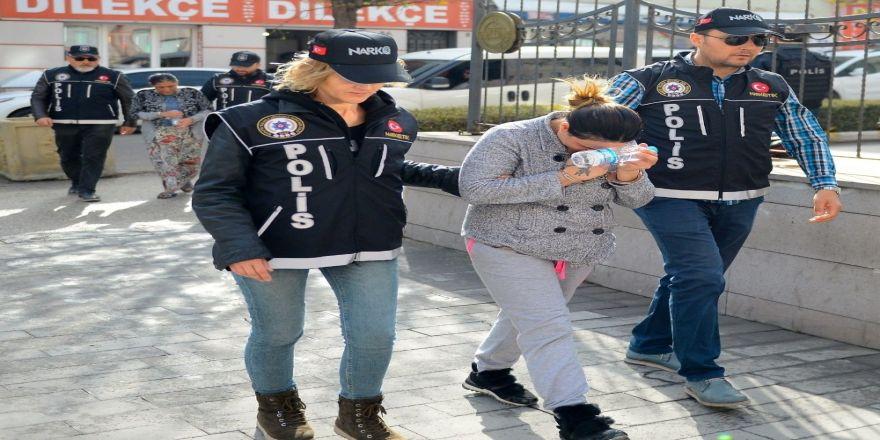 Uyuşturucu Şüphelisi 2 Kadın Adliye Sevk Edildi