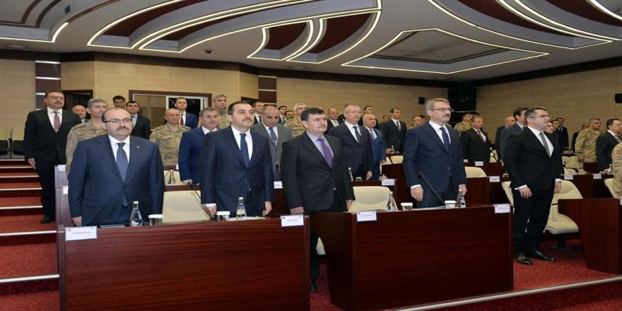"""Vali Arslantaş, Erzurum'da Düzenlenen """"Düzensiz Göçle Mücadele"""" Toplantısına Katıldı"""