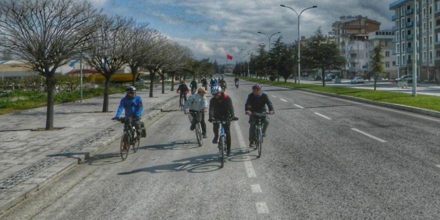 Beyşehir'de Bisikletseverler Çocuklar İçin Pedal Çevirdi
