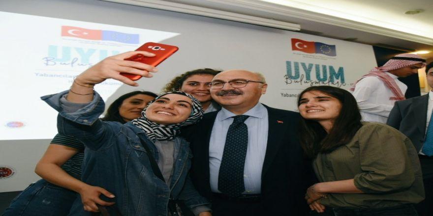 Yabancı Uyruklu Çocuklar Ve Gençler Aydın Valisi İle Selfie Yarışına Girdi