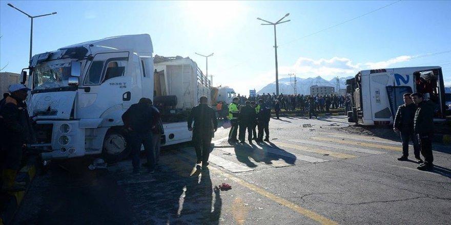 Otobüsü ile tır çarpıştı: 34 yaralı