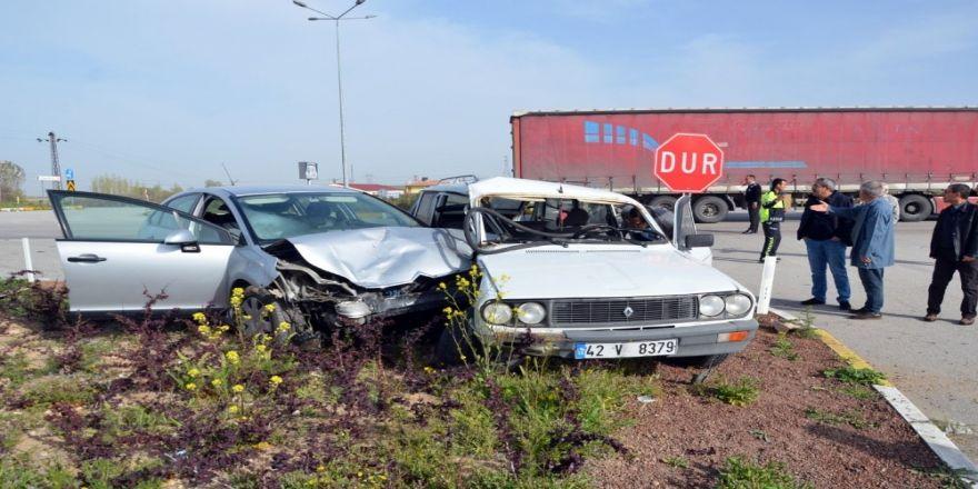Konya'da 2 Otomobil Çarpıştı: 6 Yaralı