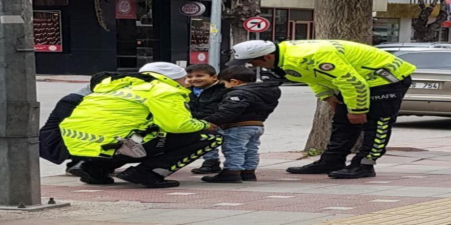 Çocukların Polis Sevgisi Görenleri Duygulandırdı