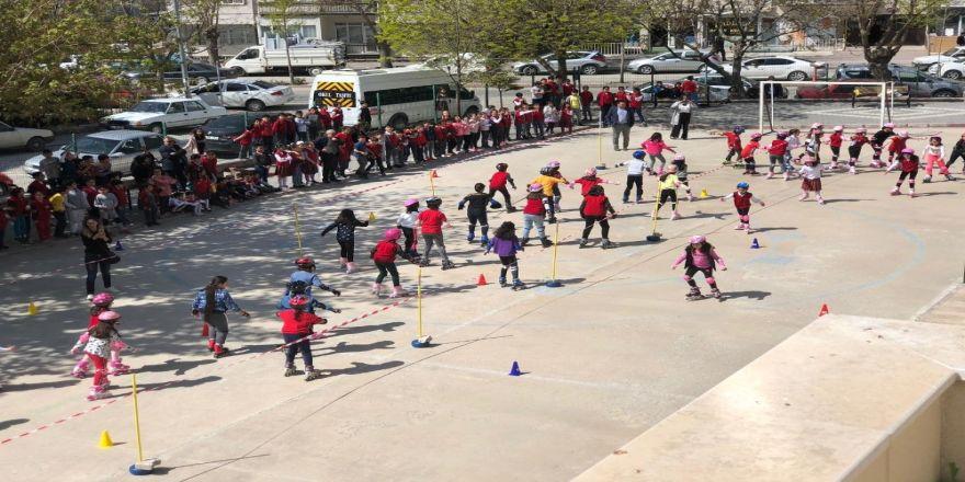 Okulda Düzenlenen Paten Kayma Etkinliğinde Çocuklar Kıyasıya Yarıştı