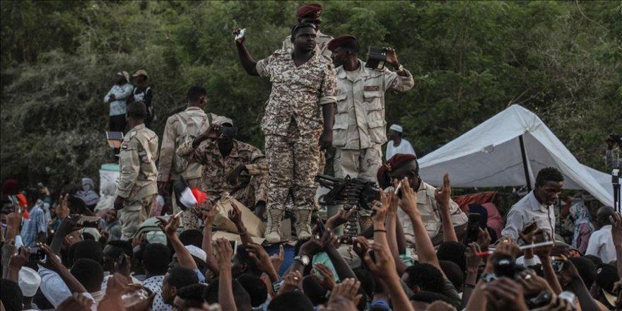 On binler sivil yönetim için meydanlara indi