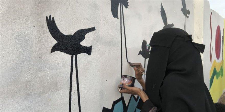 Duvar resimleriyle devrimi anlatıyorlar