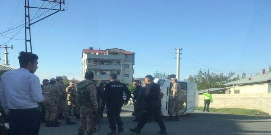 Iğdır'da Askeri Araca Tır Arkadan Çarptı: 10 Asker Hafif Yaralandı