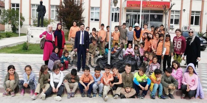 Gönüllü Öğrencilerden Çevre Temizliği