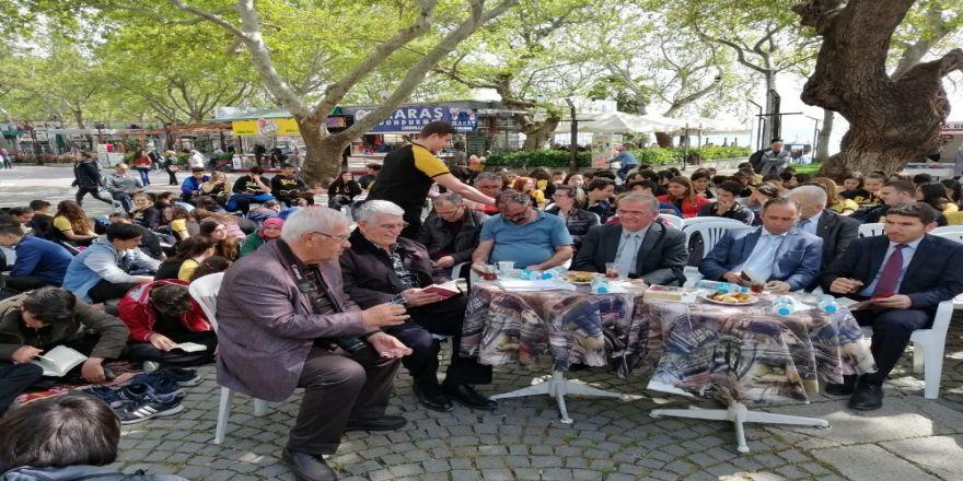 Öğrenciler, Cumhuriyet Meydanında Kitap Okudular