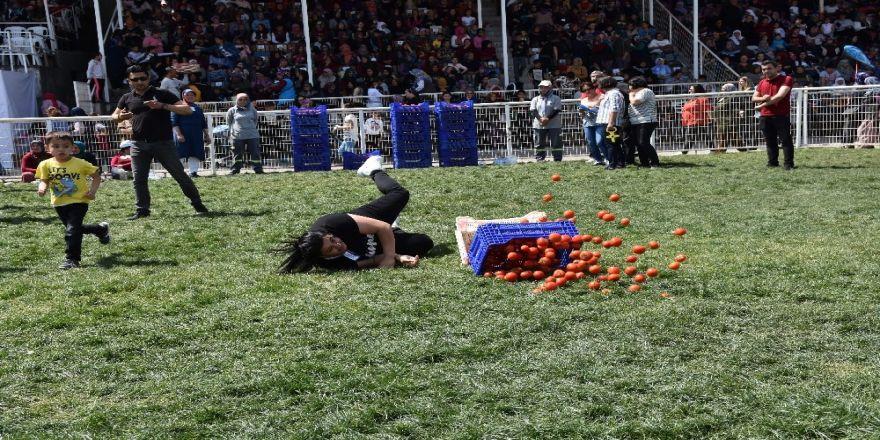 Kadınlar Domates Kasası Taşıdı, Halat Çekip Yarıştı