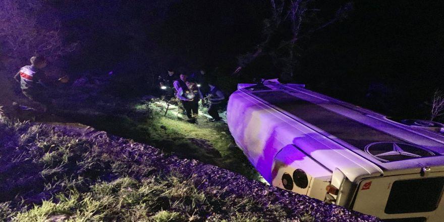 Turistleri Taşıyan Minibüs Kaza Yaptı: 12 Yaralı