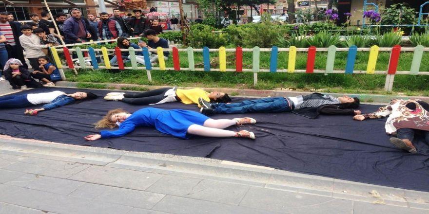 Kadına şiddet ve çocuk istismarına tepki için sokakta sahne aldılar