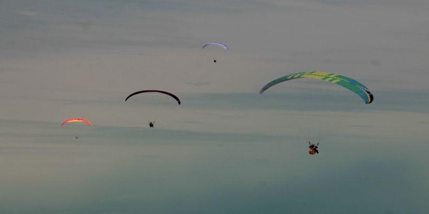 """Kayak bitti, göl manzaralı """"Yamaç"""" paraşütü başladı"""