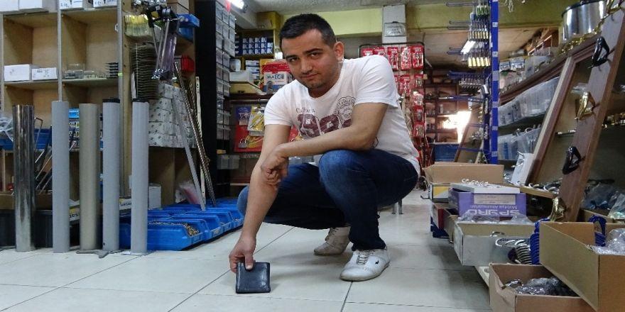 Yerde bulduğu cüzdanı içindeki paralarla birlikte sahibine teslim etti