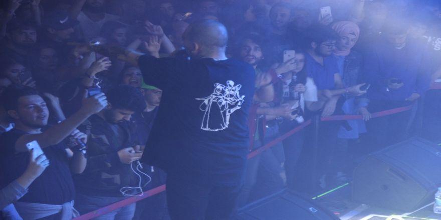 Ezhel, sahneye baskılı tişörtle çıktı