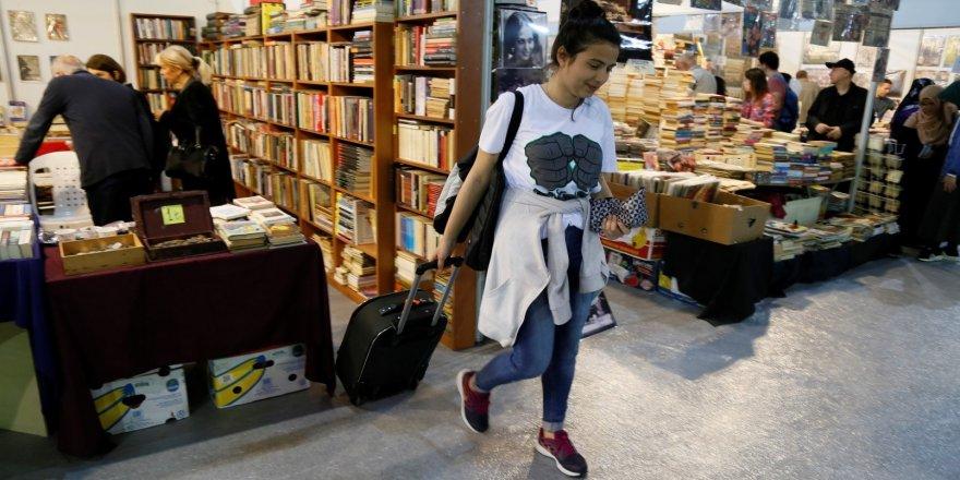 Bir bavul dolusu kitap aldı