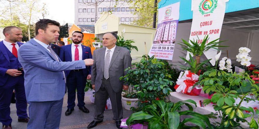 Belediye Başkanı kendisine hediye edilen çiçekleri satılması için bağışladı